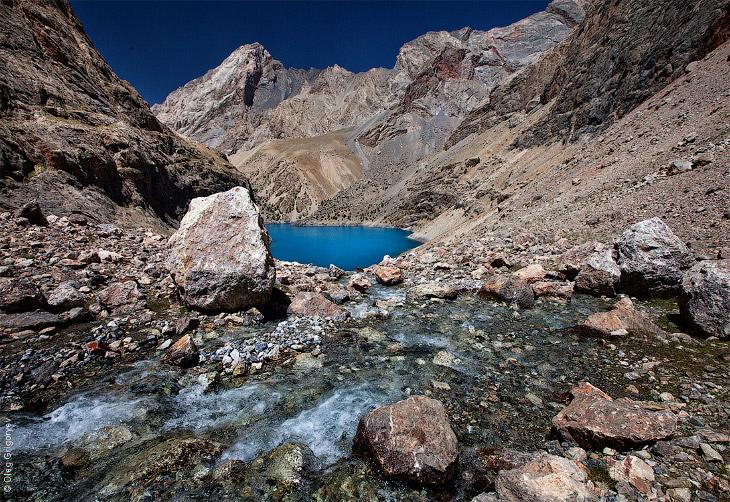 2. Вторая ночевка на озере Алуадин, находится на высоте 2 800 м. Здесь я встретил первый рассвет, ко