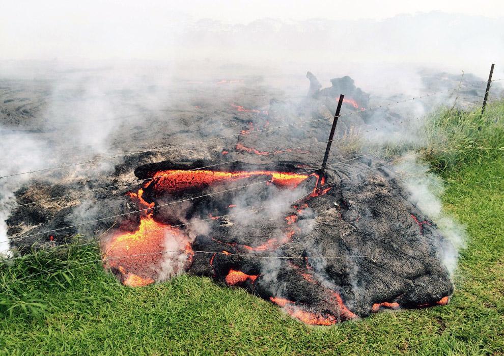 16. 26 октября 2014 лава из вулкана Килауэа на Гавайях пришла на кладбище. (Фото County of Hawa