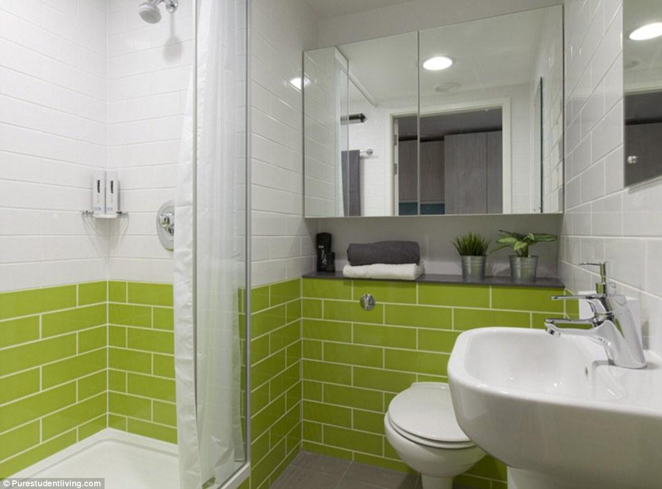 Облицованные плиткой ванные комнаты уместнее смотрелись бы в отеле, чем в студенческом общежитии.