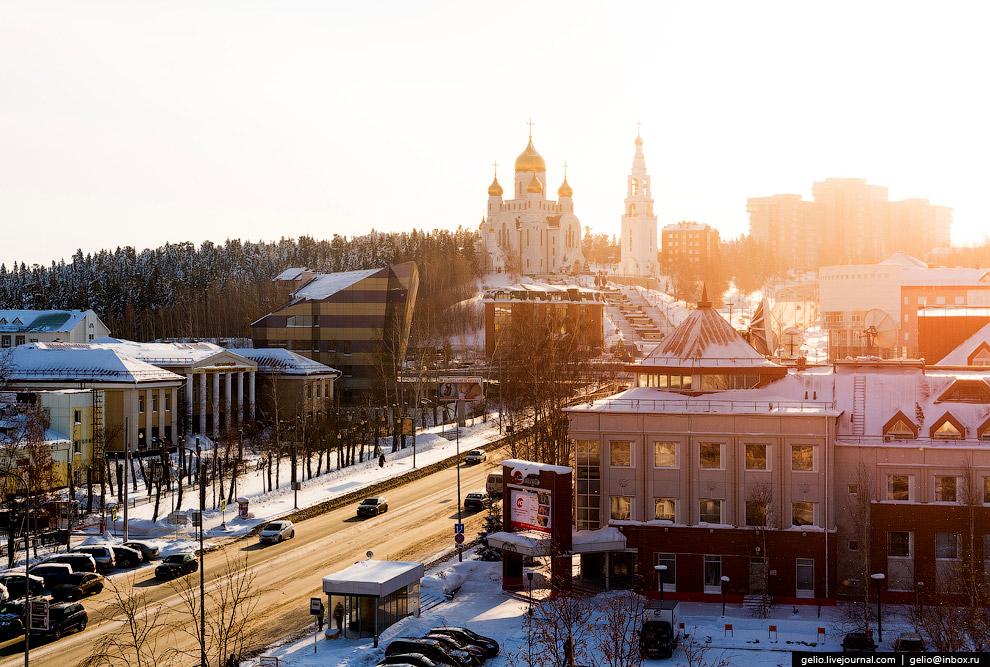 17. В оформлении новогоднего городка в Ханты-Мансийске традиционно используют как классические,
