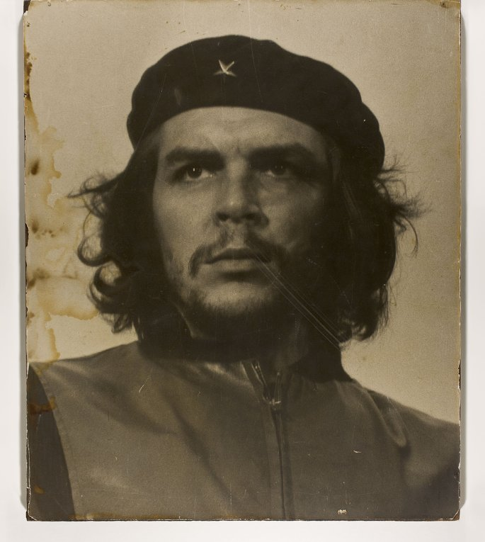 Че Гевара является национальным героем Кубы, его портрет есть на кубинских песо, в школах ежедневные