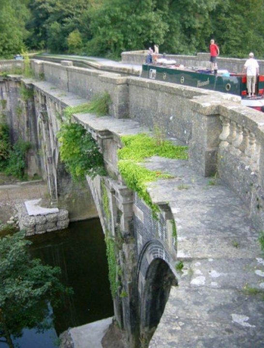 2. Акведук Дундас Дундас представляет собой искривленный судоходный акведук. Это здание, являющееся