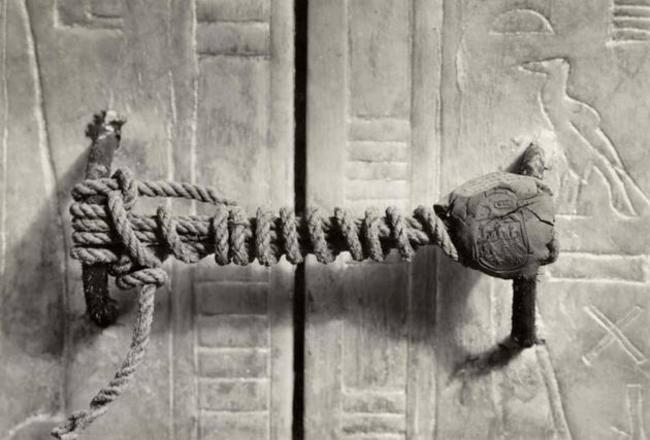 Печать на двери гробницы фараона Тутанхамона, Египет, 1922 год. Печать оставалась нетронутой 3245 ле