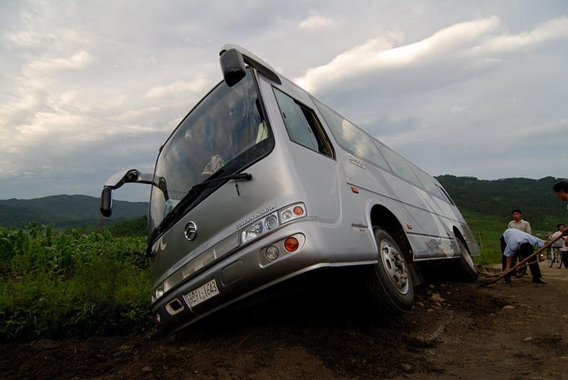 64. В незапланированном месте наш автобус завалился в придорожную канаву. Поглазеть на невиданное зр