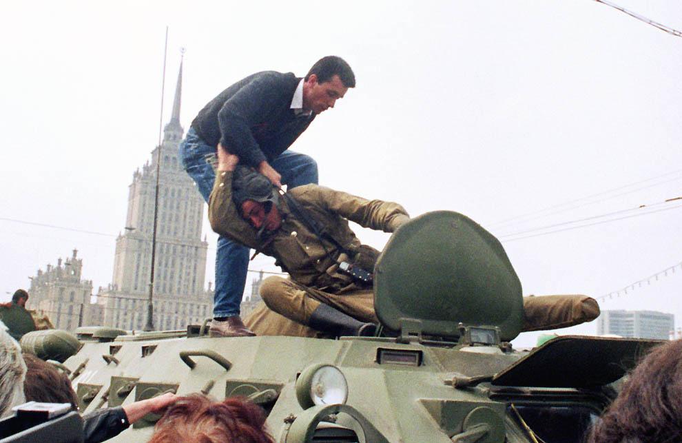 8. Демонстрант нападает на советского солдата около Белого дома 19 августа 1991 г. В этот день тысяч