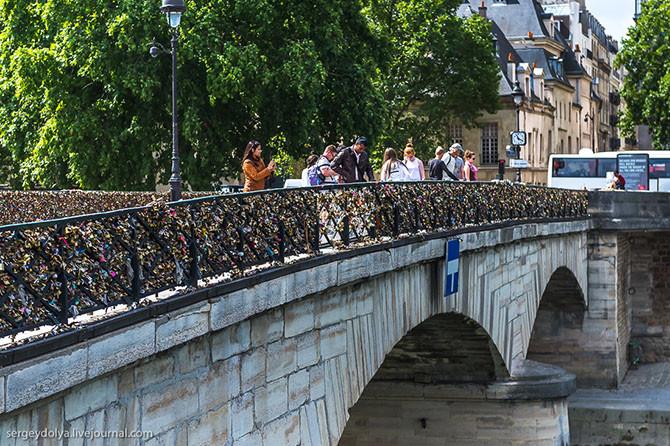 5. Итак, вот наш мост любви. Мост Искусств (pont des Arts) – первый железный мост Парижа через Сену,