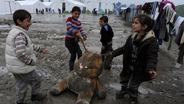 Неменее 300 беженцев пострадали при попытке пробиться вМакедонию