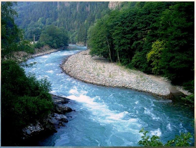 Изумрудная вода реки Белой, Адыгея.jpg