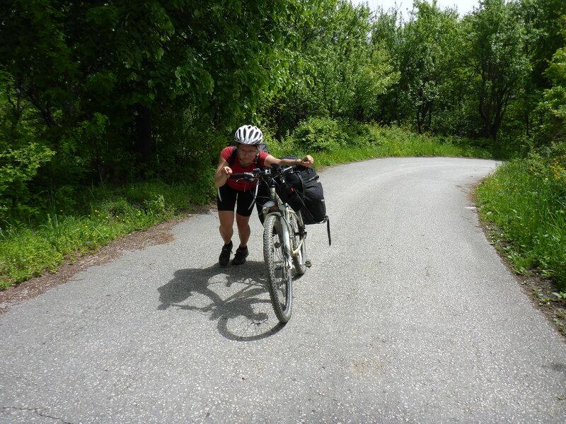 тащу тяжелый велосипед на гору в велопоходе по сербии