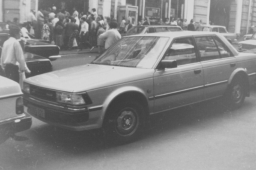 278236 Кузнецкий Мост. Автомобиль торгового представительства, очередь в Академкнигу. нач. 80-х.jpg
