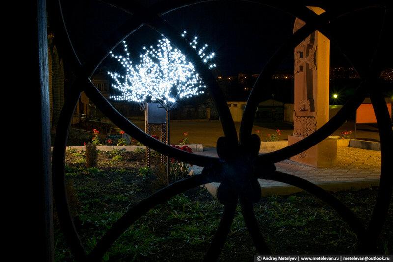 Огни ночью возле храма