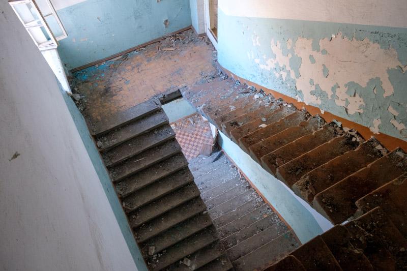лестницы в заброшенной больнице