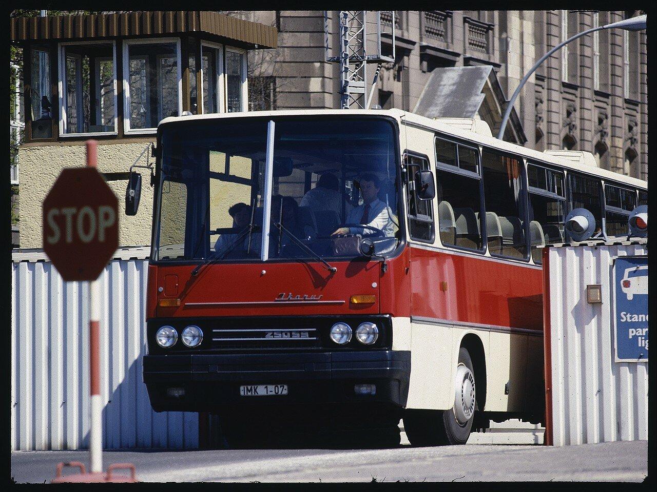 ГДРовский автобус на Контрольно-пропускном пункте Инвалиденштрассе