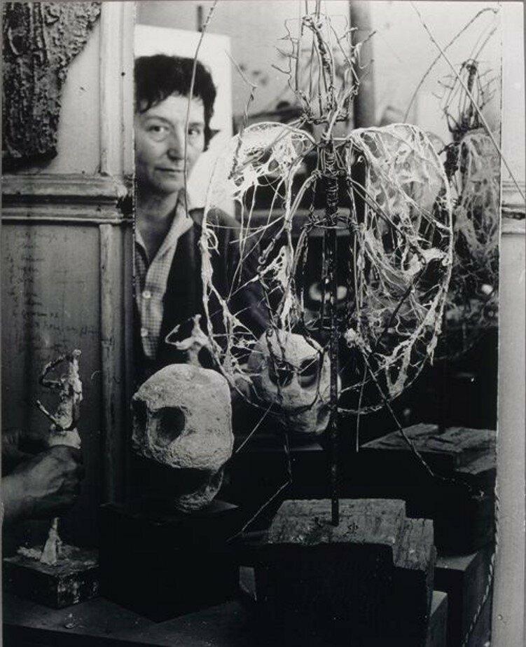 1955. Жермен Ришье работает над скульптурой