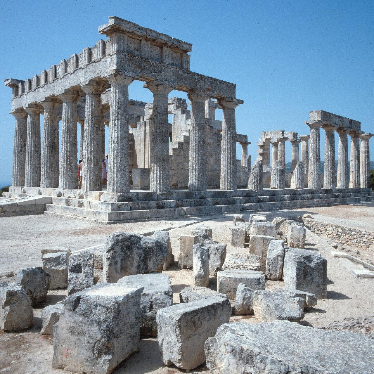 09. Храм был периптеральный, с числом колонн 6x12, и стоял на трехступенчатом основании размером 13,79 x 28,50 м по стилобату. На снимке: Вид с северо-востока