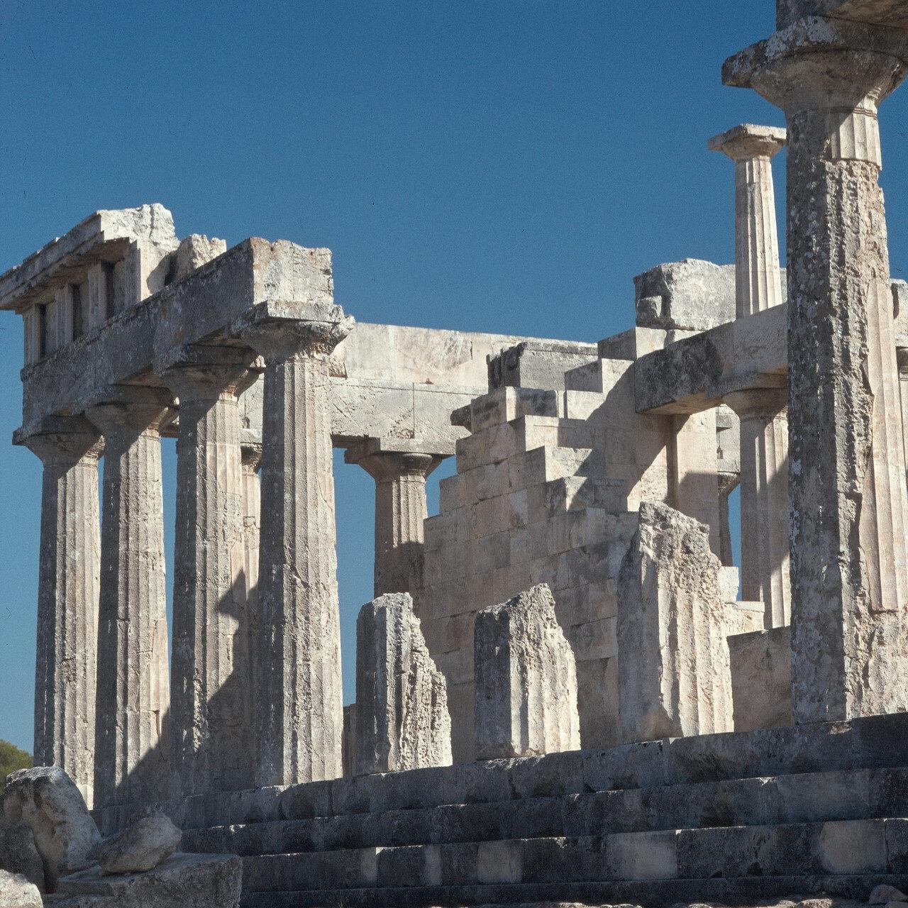 15. Внутренние членения храма не характерны для классики. Фриз больше архитрава. Вынос капителей еще велик, хотя это скрадывается относительно большой высотой эхина. На снимке: северная длинная сторона храма