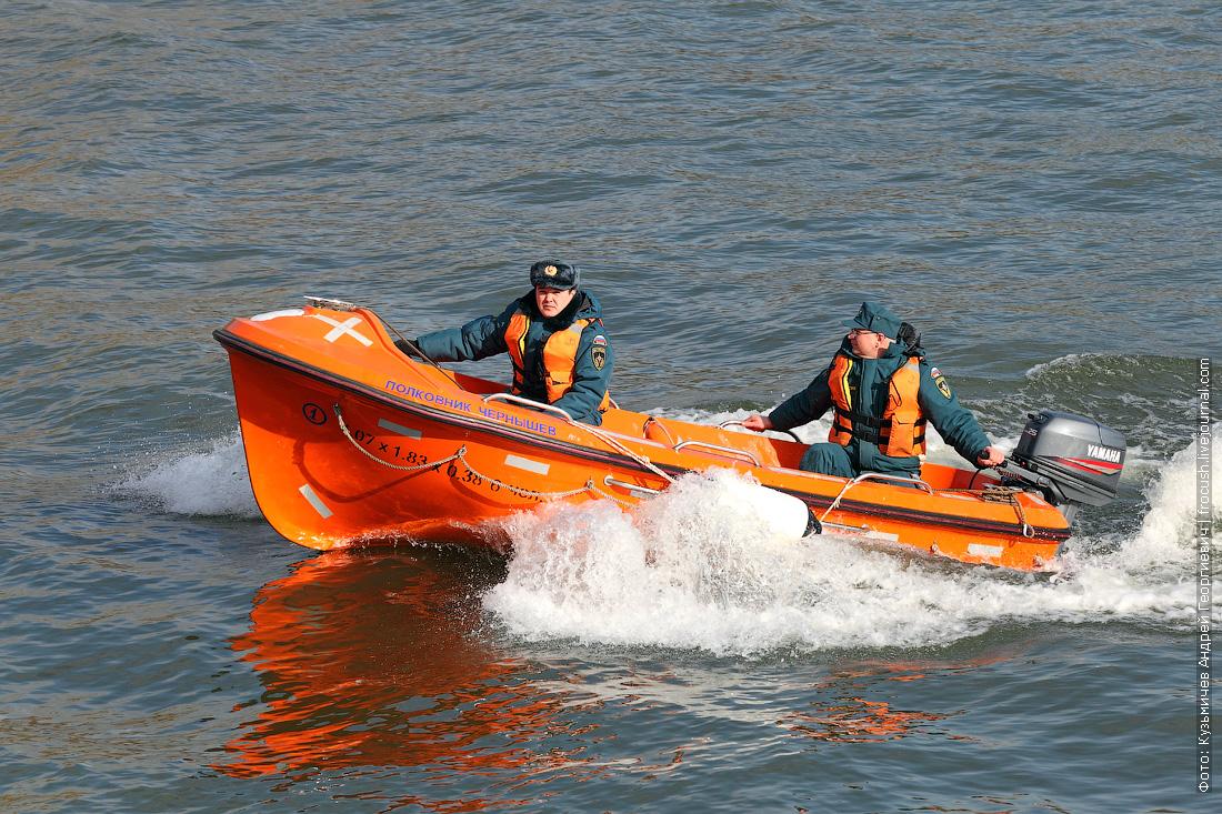 МЧС показательные учения многоцелевое пожарно-спасательное судно Полковник Чернышев