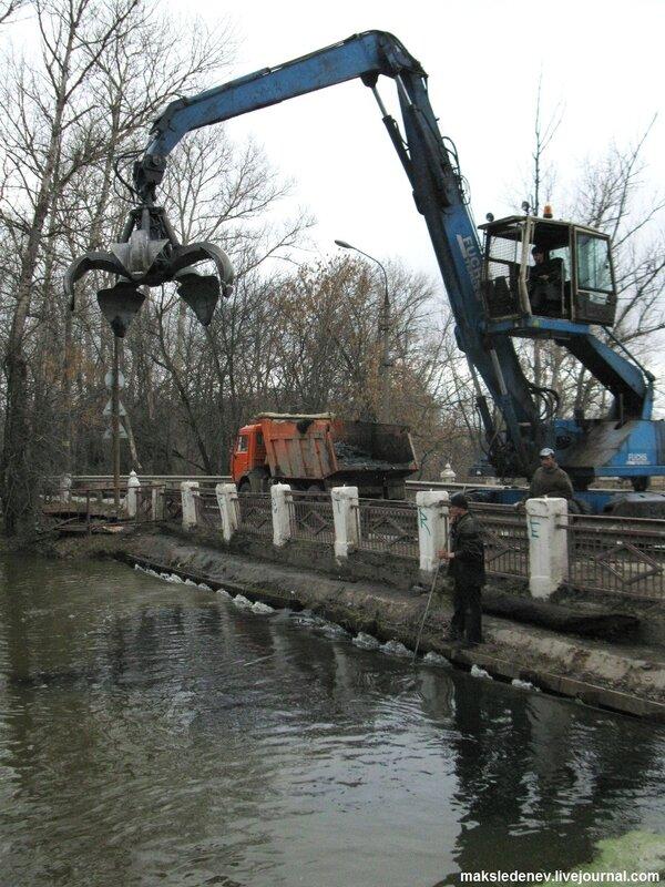 Вылавливали рыбу грязь со дна реки