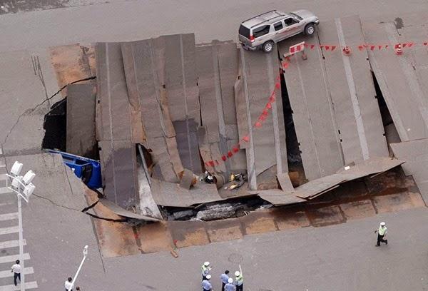 Самые необычные и огромные ямы на дорогах во всем мире 0 12cf90 5d4d335f orig