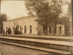 Группа служащих у пассажирского здания на станции. Варшавская губ.Лохов ст.