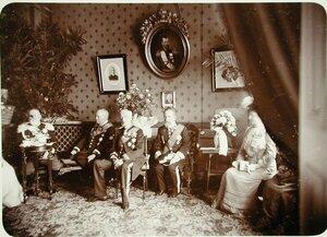 Группа попечителей и членов Общества в одном из залов в здании Совета Общества.