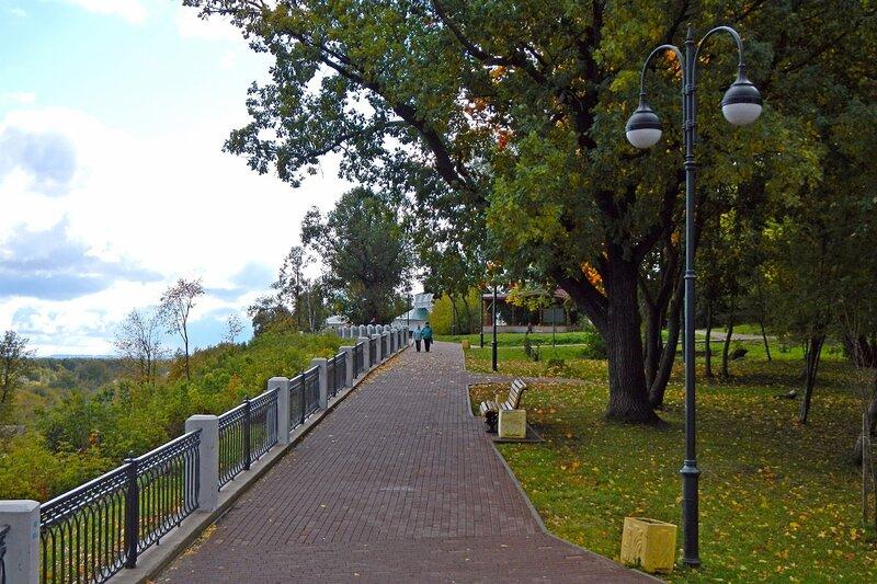 Осень в Александровском саду: набережная аллея под раскидистым дубом
