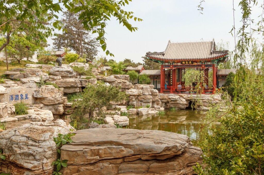 Скалы и беседка, сад Пекина, парк-выставка садов,