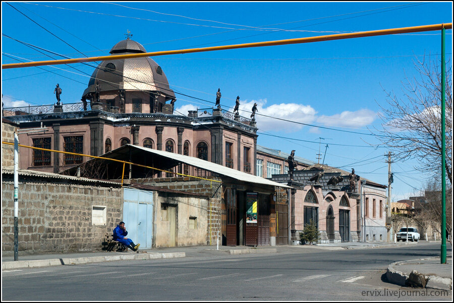 Дом напротив собора Гаянэ