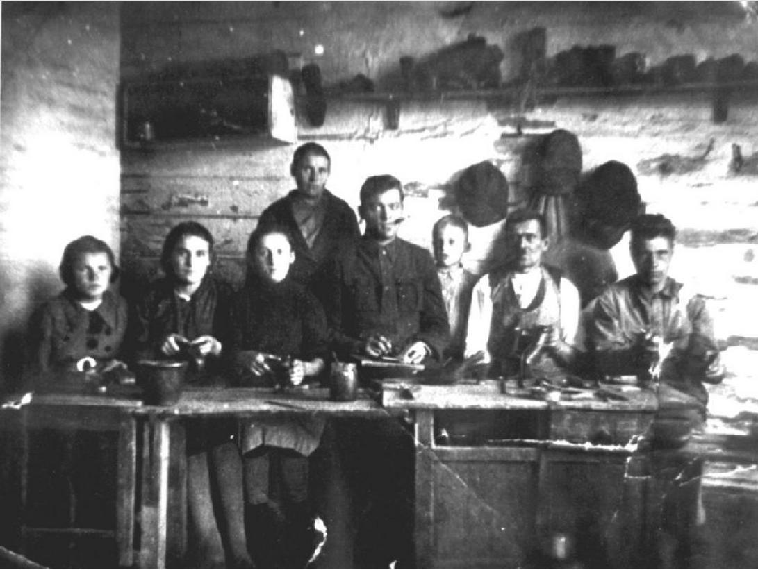 Группа ссыльных поляков в сапожной мастерской. 1943, пос. Первомайск Березовского района Свердловской области