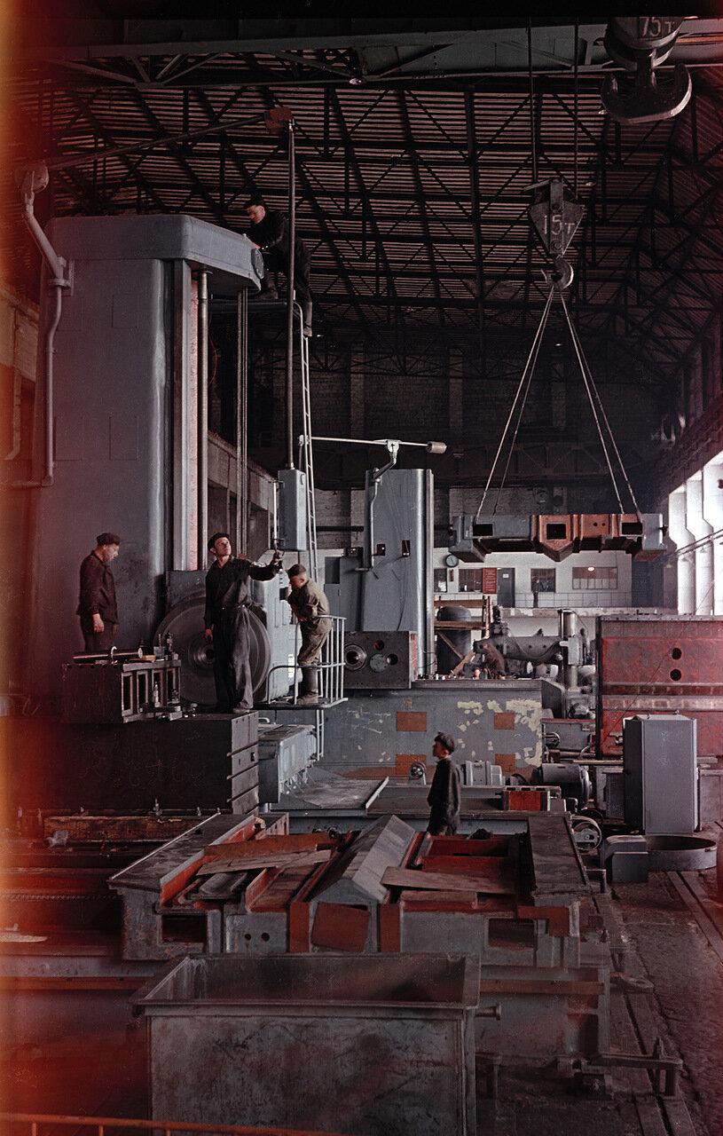 В сборочном цехе завода тяжелых станков