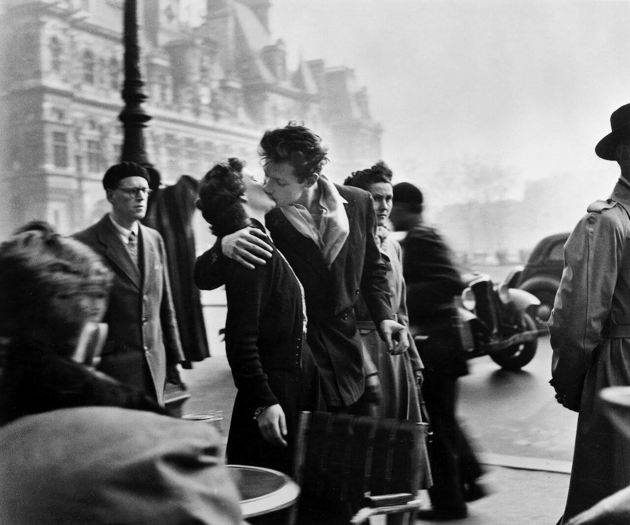 1950. Поцелуй у здания парижской мэрии