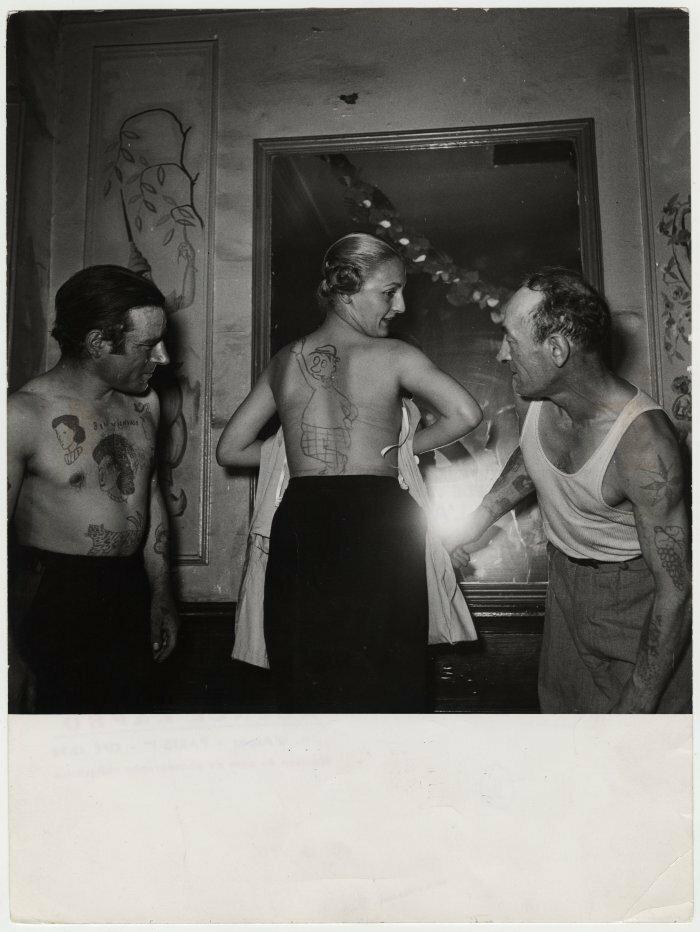 1950. Конкурс тату в баре в улицы Муфтар, Во время конкурса женщина веселилась, представляя участникам поддельные татуировки