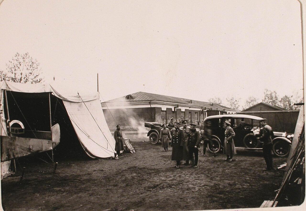 17.Главнокомандующий армиями Северного фронта генерал Н. В. Рузский (в центре на первом плане) и сопровождающие его лица во время посещения авиационной роты