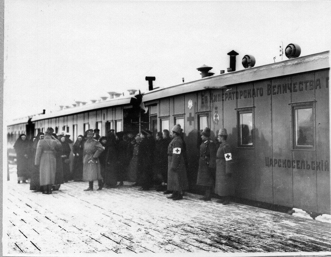 06. Группа медицинского персонала у поезда на перроне вокзала