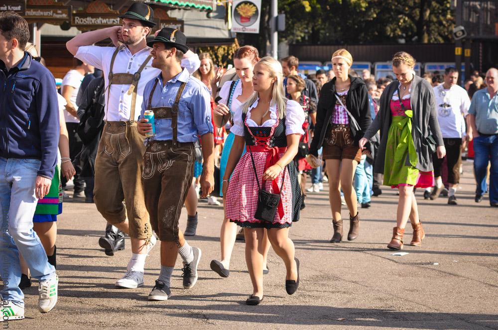Женские выпуклости и впадины на Октоберфесте girls-Oktoberfest-(21).jpg
