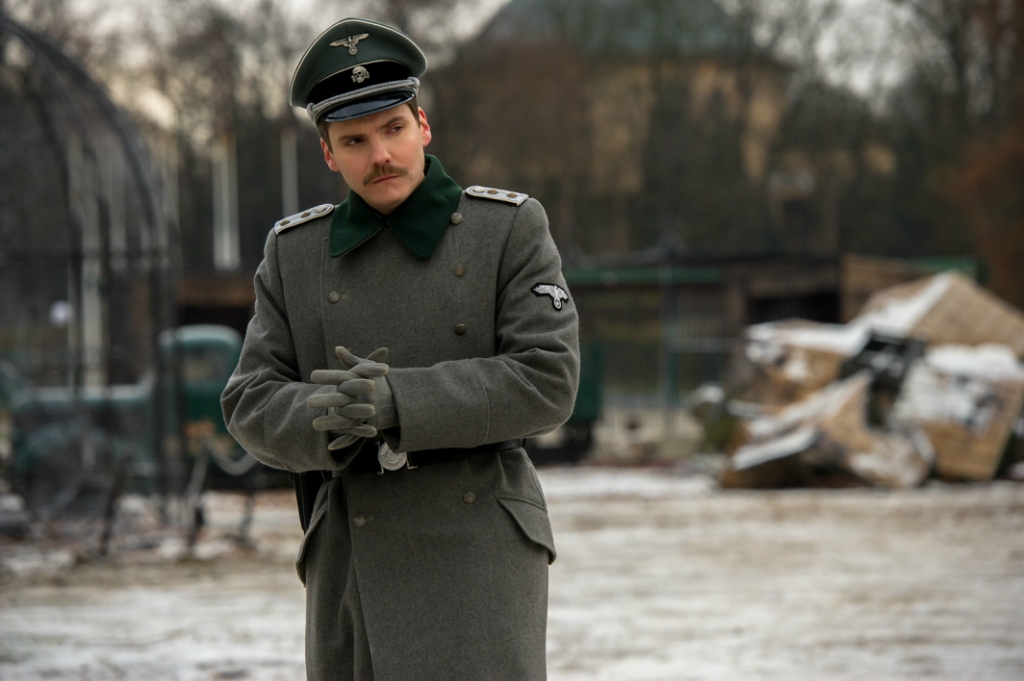 4101_D043_24090_RDaniel Brühl stars as Lutz Heck in director Niki Caro's THE ZOOKEEPER'S WIFE, a Focus Features release.Credit: Anne Marie Fox / Focus Features
