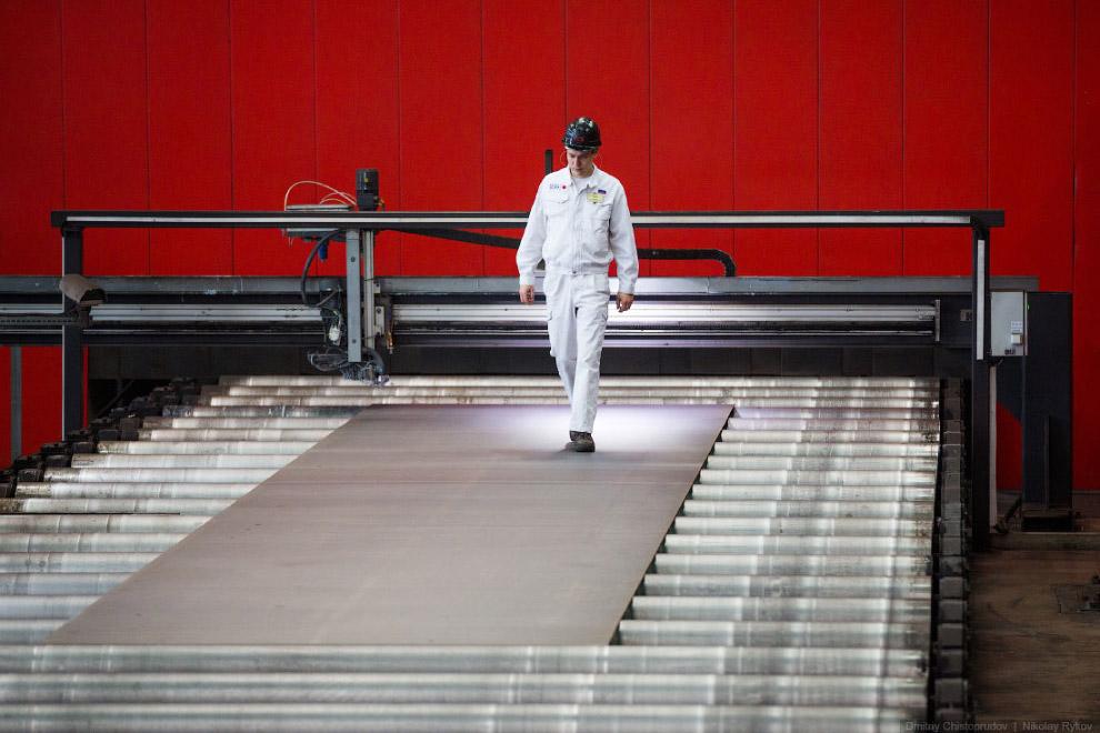 Дальше в работу вступают роботы-манипуляторы, которые приваривают технологические пластины к за