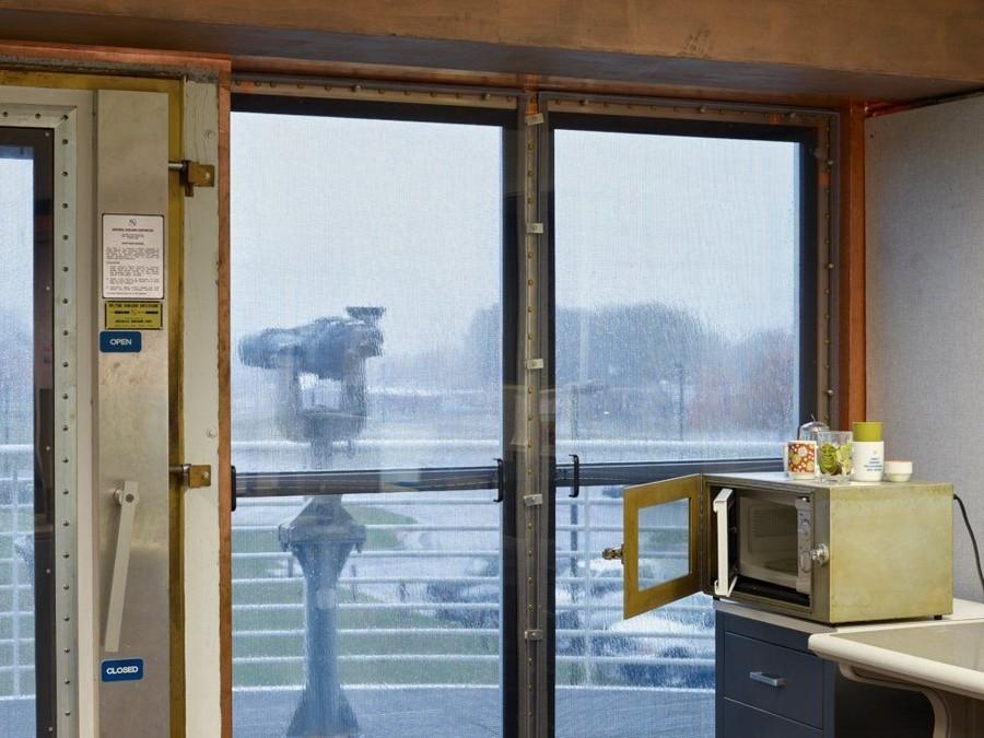 9. В комнате управления телескопом микроволновка есть, но она находится в специально созданном для п
