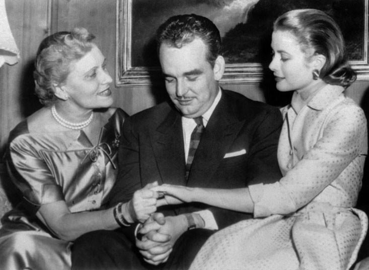 5 января 1956 года. Князь Монако Ренье III со своей невестой Грейс Келли показывают матери Грейс обр