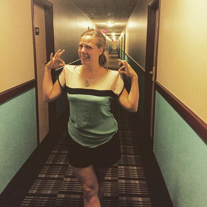 Эта женщина или коридор отеля?