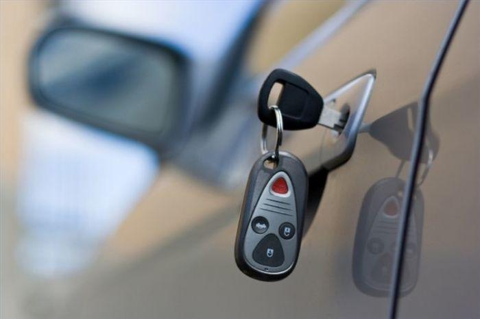 Забыв ключи, телефон или сумку в автомобиле, водитель сам привлекает воров. По статистике, от 40% до