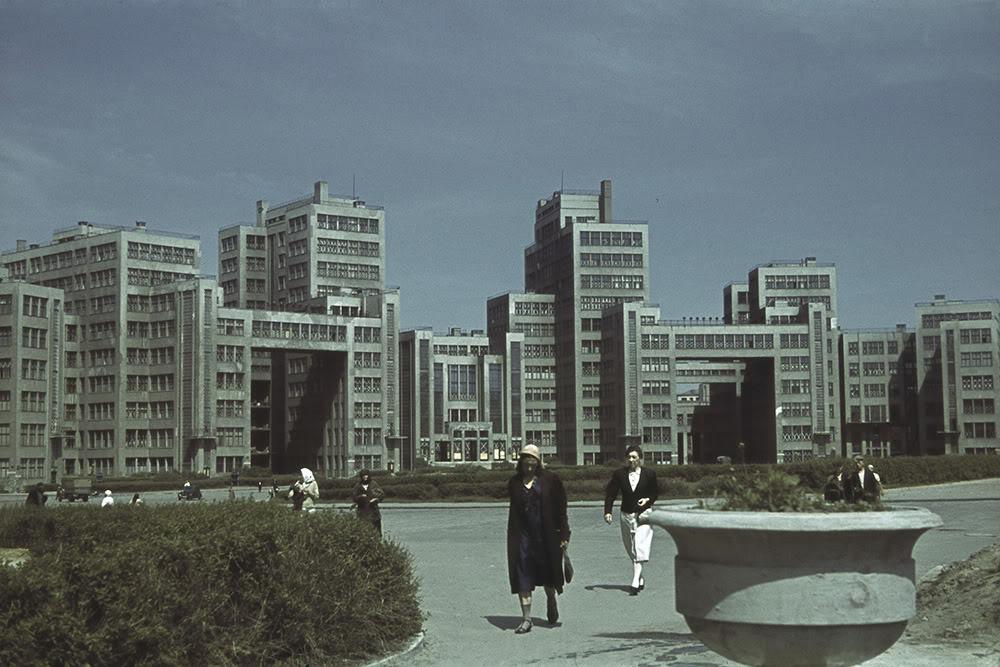 25. Здание Госпрома в оккупированном Харькове. Во время немецкой оккупации 1941-1943 гг. на первом э