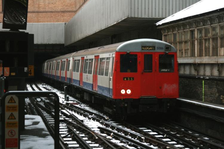 Встолице Англии умер мужчина, который высунулся изокна поезда