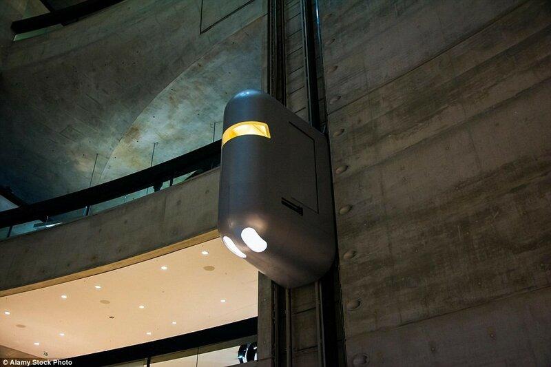 Лифты в Музее Mercedes-Benz в Штутгарте, Германия. Футуристические гондолы перемещают посетителей вверх и вниз по стальным стенам музея.