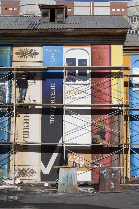Художники покрасили неприметное серое здание