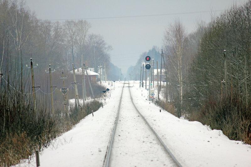 Станция Высокое и красный прожекторный сигнал Н. Пригородный уходит на Ржев