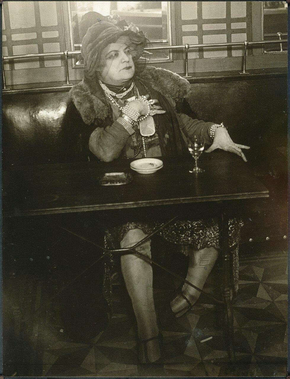 1932. Мамаша Бижу в «Bar de la lune», Монмартр (улучшенная версия)