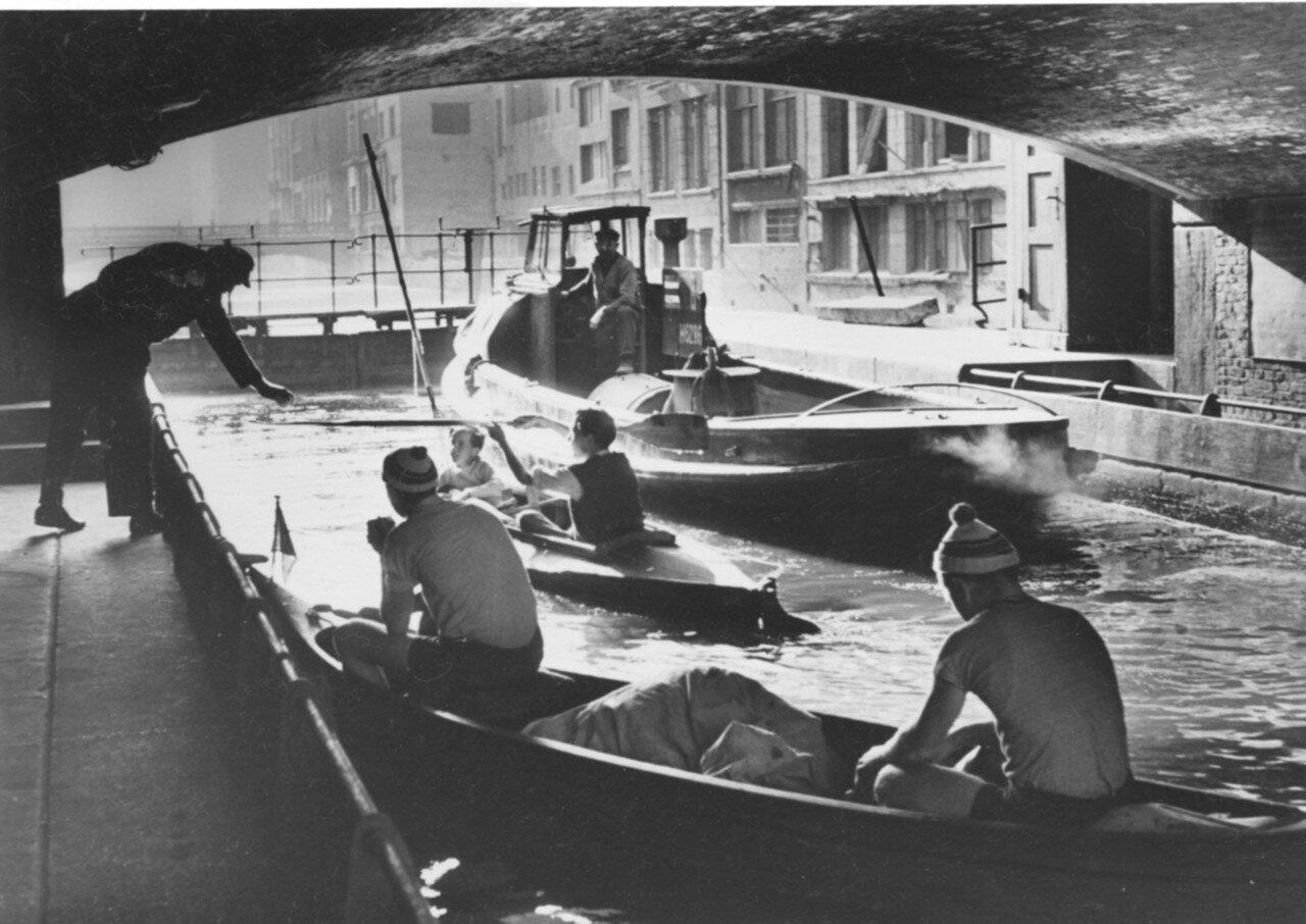 Гамбург. Гребцы со своими складными лодки на берегу Альстера
