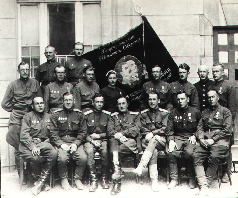 1945. Командный состав колонны паровозов особого резерва НКПС у знамени Государственного комитета обороны