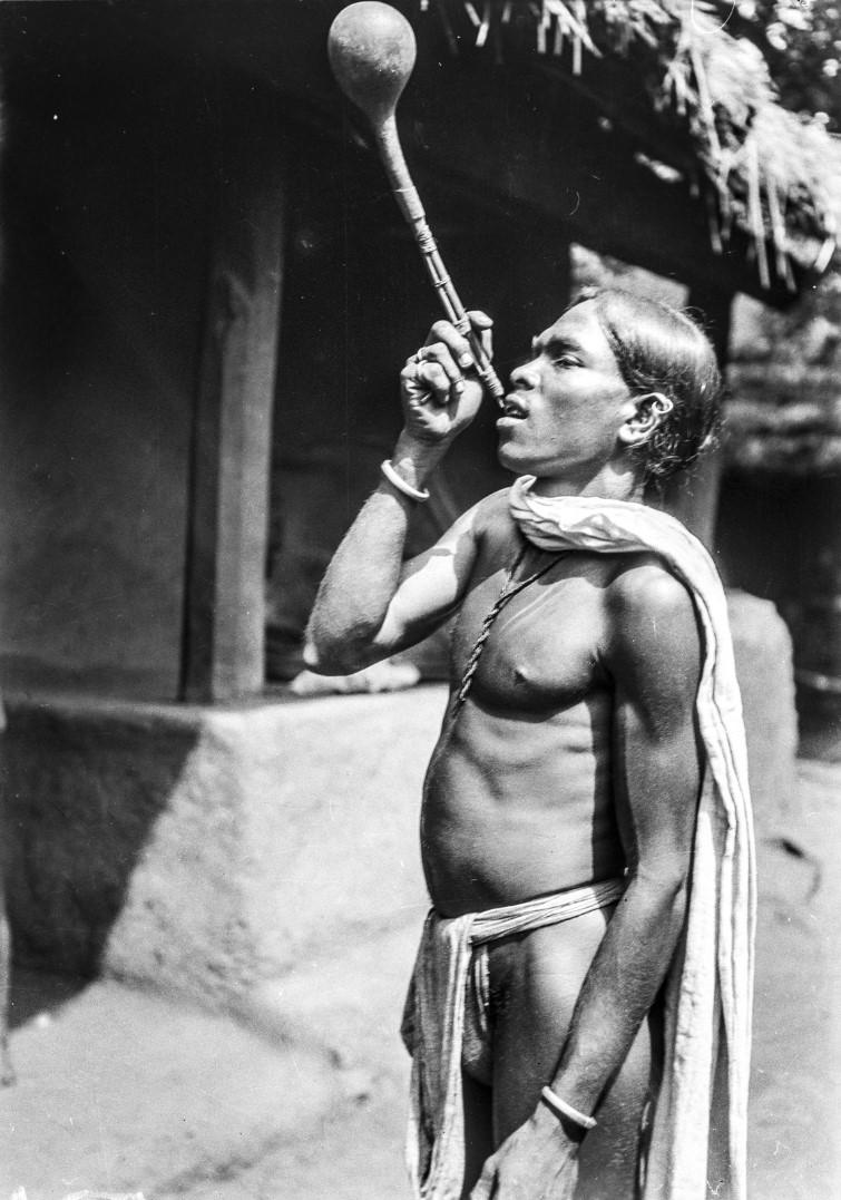 644. Орисса. Мужчина народности соро пьет из баклажки